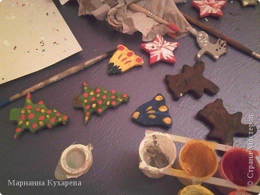 Формочками из рождественского набора вырезала всяких фигурок, просушила в духовке и на занятиях детки сначала покрывали всё белой гуашью, ну а потом раскрашивали ка хотели.