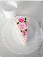 Хочу поделится очень хорошей идеей торта. Идея не моя и автора я не знаю. Такие бумажные тортики часто делают на свадьбу и на день рождение.  Этот торт из бумаги, он же - упаковка для подарков. Делается легко и быстро, и может быть любого размера и состоять из нескольких ярусов.  Такой торт очень хорош для любого праздника и просто если вы хотите сделать подарки своим друзьям, близким и знакомым. Даже не очень большие подарочки станут в такой упаковке запоминающимися. фото 11