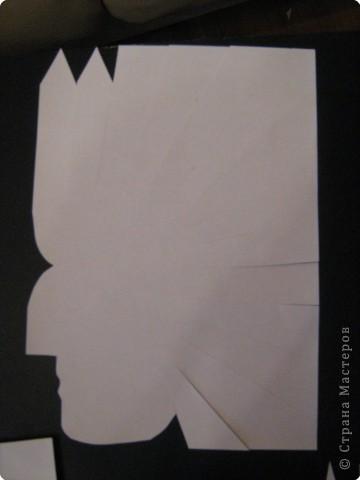 Берем лист бумаги А4 и вырезаем профиль индейца. Затем прорезаем ножницами перья вокруг лица. Кончики перьев заостряем. фото 1