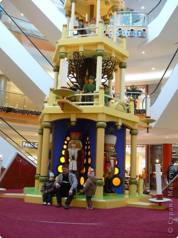 В торговых центрах устанавливают уже огромные ёлки фото 9