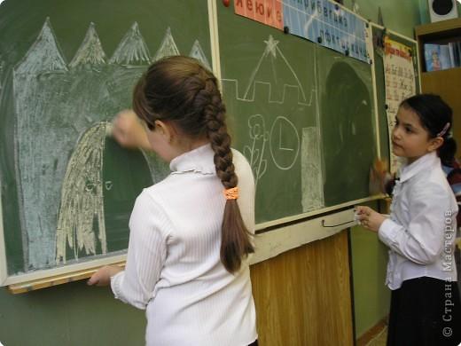 Дети очень любят рисовать, заполнять пространство цветом - дай только мелки(карандаши, пастель и т.д и лист или поверхность) фото 1