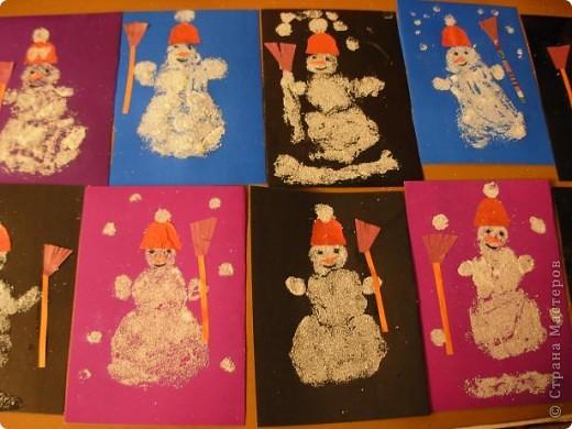 Работы детей старшей группы детского сада. Нарядные елочки.  Дети украшают шаблоны елочек половинками гороха, снег-манка. фото 2