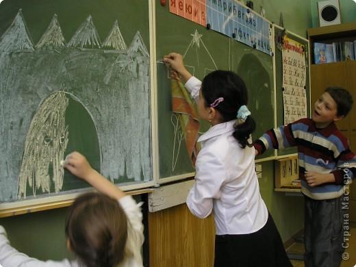 Дети очень любят рисовать, заполнять пространство цветом - дай только мелки(карандаши, пастель и т.д и лист или поверхность) фото 2
