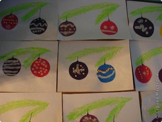 Работы детей старшей группы детского сада. Нарядные елочки.  Дети украшают шаблоны елочек половинками гороха, снег-манка. фото 3
