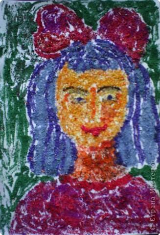 Даша Алаева выполнила портрет Мальвины цветными опилками.