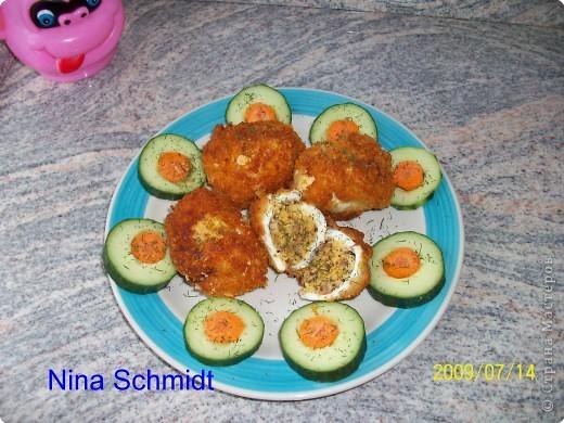 Сварить яйца, разрезать в длину, удалить желток.В желток добавить горчицу, грецкие орехи, соль, перец, выложить эту массу в белок соединить половинки и заколоть палочкой.Обвалять яйца в муке затем в белке немного взбитом и в панировочных сухарях с добавлением тёртого сыра. Обжарить во фритюре. фото 1