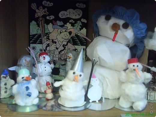 Новый год - праздник подарков! Формы и размеры новогодних поделок могут варьироваться!!! Ёлочка и две конфетки сделали сами ребята. фото 5