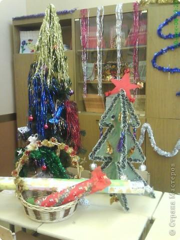 Новый год - праздник подарков! Формы и размеры новогодних поделок могут варьироваться!!! Ёлочка и две конфетки сделали сами ребята. фото 1