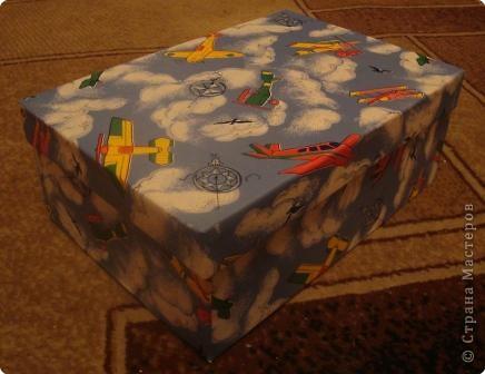 Волшебный сундучок.Материалы:коробка для обуви,самоклеющаяся пленка,резина,иллюстрации к сказкам. фото 2