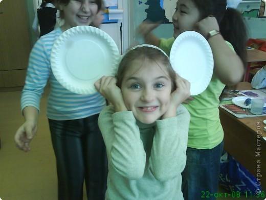 Работа не сложная и увлекательная для детей. Тарелочки делаются из папье-маше  (берем дома любую тарелку, облепливаем её бумажками,намоченными в воде в два слоя, а затем обмакиваем в сваренный из крахмала клей;все застывает и снимаем, в руке оказывается точная копия нашей обычной тарелки) фото 2