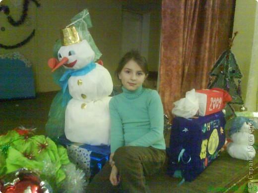 Новый год - праздник подарков! Формы и размеры новогодних поделок могут варьироваться!!! Ёлочка и две конфетки сделали сами ребята. фото 8