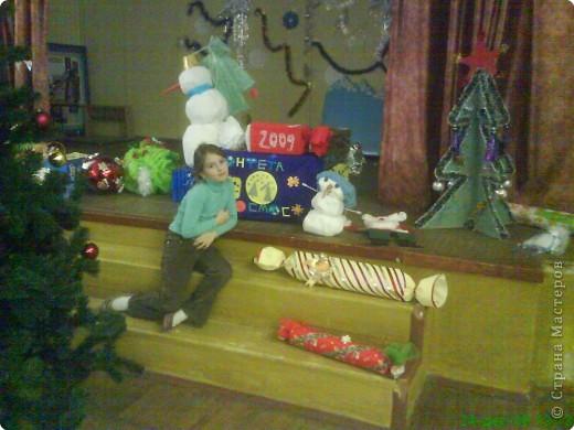 Новый год - праздник подарков! Формы и размеры новогодних поделок могут варьироваться!!! Ёлочка и две конфетки сделали сами ребята. фото 7