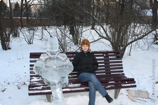 Т.к. наступающий год символизировал бык, то, конечно же, аллея со всеми двеннадцатью животными начиналась именно с него. Но выкладываю этот материал накануне следующего Нового Года - года тигра, поэтому первое место по праву занял именно он. Рисунок вырезан по плите с обратной стороны, а выемки заполнены снегом, очень похоже на обратную аппликацию. фото 22