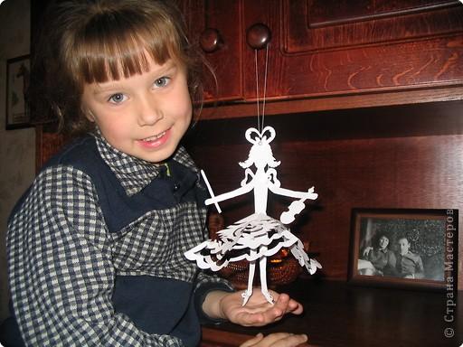 На основе обычных бумажных снежинок-вырезалок делали таких вот девочек. Снежинки только вырезали размером побольше, чтобы платьица были поажурнее, а можно и поменьше было делать, такие пачечки балеринкам.. Хотелось снежинки оживить.. фото 1