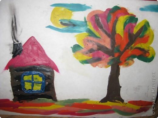Мы привыкли рисовать красками, карандашами, но можно прекрасно рисовать и пластилином:например такой вот осенний пейзажик мы с детками делали в 1ом классе путем размазывания и заполнения цветом не вылезая за контур - в 6 лет им это оказалось по силам фото 1