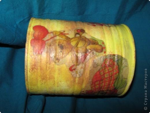 А это моя первая работа в технике декупаж. Извините, не знаю как здесь повернуть изображение. Вообще  - это банка из под детского питания, покрытая акриловой краской, оттенена с помощью губки.