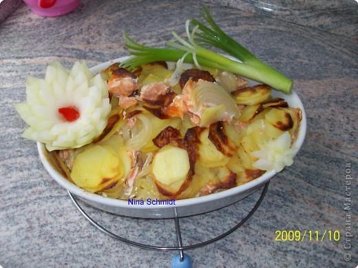 Картофель натёрла на тёрке. Выложила в формочку ,соль, перец, мускат, сверху лук порезала полукольцами и кусочки рыбы . Сверху опять лук и картофель, посолила, поперчила, налила немного сливок и запекла в эл. печке 30 минут.
