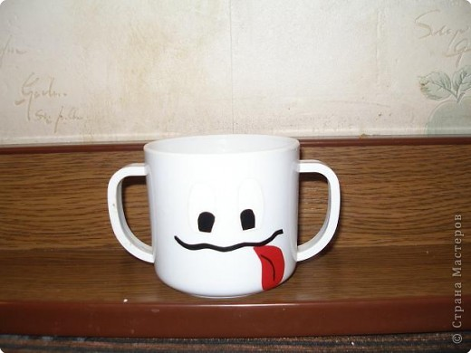 В садик попросили принести чашку. Сделала из самоклейки трактор, т.к на шкафчике у Никиты трактор, чтобы свою чашку находил с первого взгляда:) фото 2