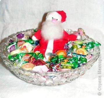Такой маленький Дед Морозик сидит в конфетах или на горлышке бутылки с напитком, или на яблоке. Туловище, как в грелке, но тонкое.