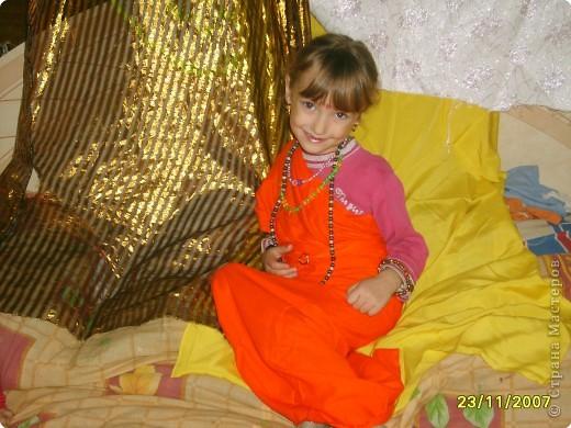 Японка. Мамин халат, пестрый шарф, жемчужные бусы, в волосах - палочки для шашлыка, веер фото 11