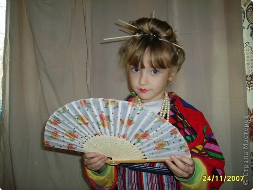 Японка. Мамин халат, пестрый шарф, жемчужные бусы, в волосах - палочки для шашлыка, веер фото 1