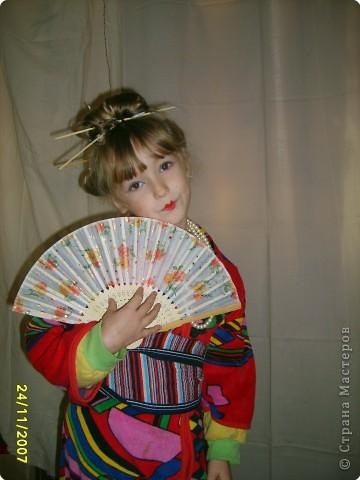 Японка. Мамин халат, пестрый шарф, жемчужные бусы, в волосах - палочки для шашлыка, веер фото 2