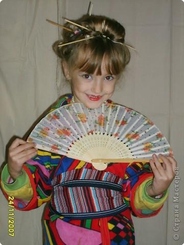 Японка. Мамин халат, пестрый шарф, жемчужные бусы, в волосах - палочки для шашлыка, веер фото 3