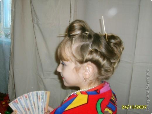 Японка. Мамин халат, пестрый шарф, жемчужные бусы, в волосах - палочки для шашлыка, веер фото 4