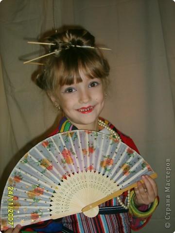 Японка. Мамин халат, пестрый шарф, жемчужные бусы, в волосах - палочки для шашлыка, веер фото 5