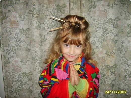 Японка. Мамин халат, пестрый шарф, жемчужные бусы, в волосах - палочки для шашлыка, веер фото 7