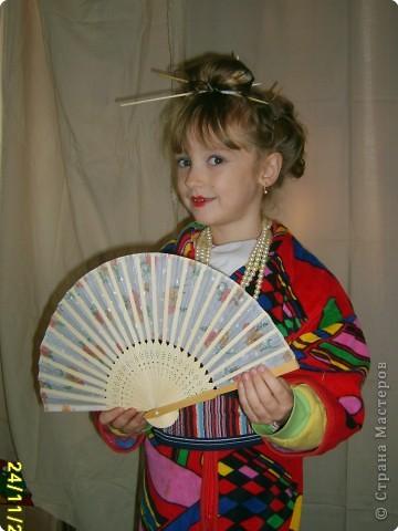 Японка. Мамин халат, пестрый шарф, жемчужные бусы, в волосах - палочки для шашлыка, веер фото 6