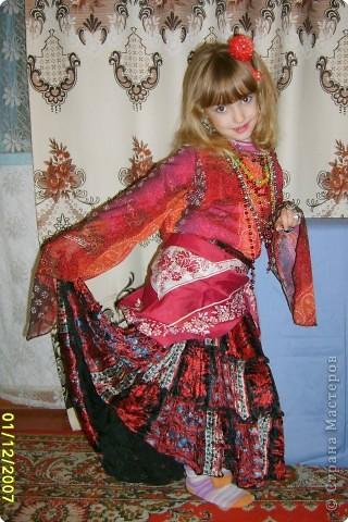 Японка. Мамин халат, пестрый шарф, жемчужные бусы, в волосах - палочки для шашлыка, веер фото 18