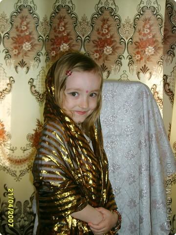 Японка. Мамин халат, пестрый шарф, жемчужные бусы, в волосах - палочки для шашлыка, веер фото 13
