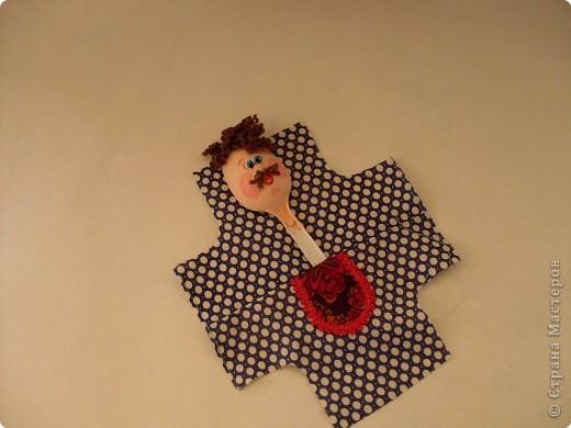Делая куколок на пластиковой ложке, я сразу решила, что это будет панно, сюжет которого я когда-то видела в одной из книг. По-этому затылочек у кукол остался открытым. Но если делать куколку отдельно, то можно отрезать от второй ложки черпачок и приклеить  к затылку игрушки. фото 12