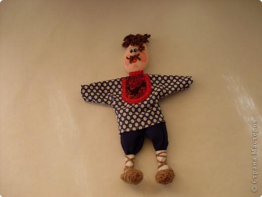 Делая куколок на пластиковой ложке, я сразу решила, что это будет панно, сюжет которого я когда-то видела в одной из книг. По-этому затылочек у кукол остался открытым. Но если делать куколку отдельно, то можно отрезать от второй ложки черпачок и приклеить  к затылку игрушки. фото 14