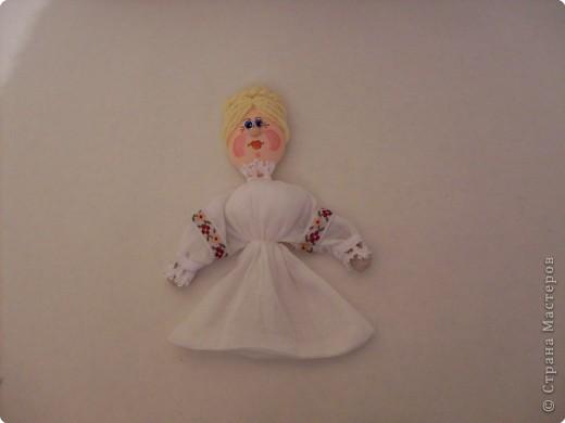 Делая куколок на пластиковой ложке, я сразу решила, что это будет панно, сюжет которого я когда-то видела в одной из книг. По-этому затылочек у кукол остался открытым. Но если делать куколку отдельно, то можно отрезать от второй ложки черпачок и приклеить  к затылку игрушки. фото 16