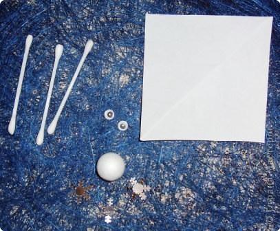 Материалы: 3 ватных палочки, один шарик из пенопласта, два глаза, три металлизированных снежинки, квадрат бумаги белого цвета (сторона квадрата 8-9 см)  фото 1