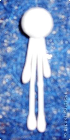 Материалы: 3 ватных палочки, один шарик из пенопласта, два глаза, три металлизированных снежинки, квадрат бумаги белого цвета (сторона квадрата 8-9 см)  фото 2