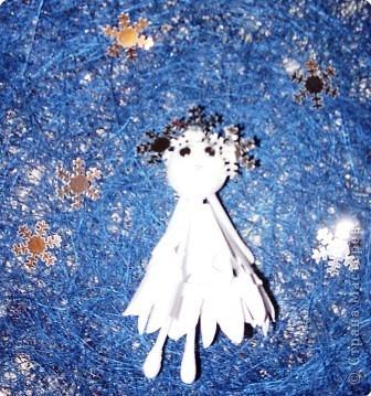 Материалы: 3 ватных палочки, один шарик из пенопласта, два глаза, три металлизированных снежинки, квадрат бумаги белого цвета (сторона квадрата 8-9 см)  фото 5