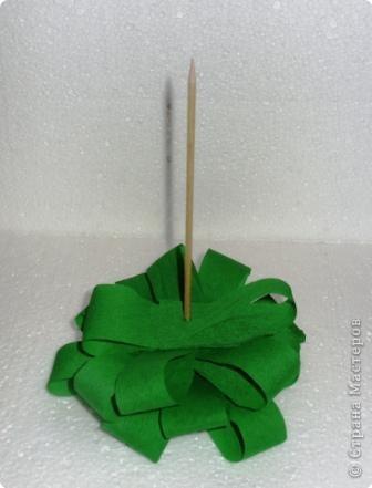 Изготовление этих ёлочек можно назвать классикой. Придуманы давно, довольно распространены. Как детская пирамидка: на установленный стержень-ствол нанизываются части ёлочки от низа до верхушки по принципу: от большего к меньшему. Нанизывать можно всё: бумагу, пенопласт, ткань, клеенку и т.д. Представленная ёлочка из полосок гофрированной бумаги. фото 2