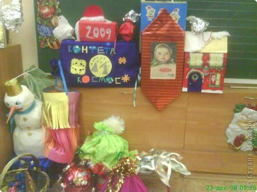 Новый год - праздник подарков! Формы и размеры новогодних поделок могут варьироваться!!! Ёлочка и две конфетки сделали сами ребята. фото 6