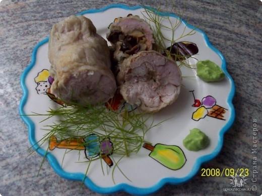 С окорочка отделить мясо от кости, острой стороной ножа отбить мясо.Посолить, поперчить, положить начинку свернуть рулетом,помазать сметаной и запечь в духовке.Можно завернуть в фольгу и отварить вводе.Начинка=Лук, грибы, помидоры мелко порезать .обжарить.