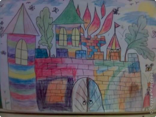 Дети очень любят рисовать, заполнять пространство цветом - дай только мелки(карандаши, пастель и т.д и лист или поверхность) фото 4
