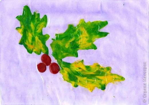 """Осенний лист с ягодами. На тонированную  бумагу нанести контур предполагаемого узора, затем """"закрасить"""" пластилином. Для создания осеннего листика цвета пластилина  смешиваются. фото 1"""
