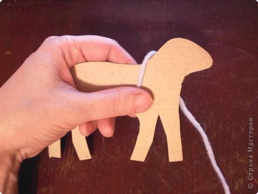 Предлагаю сделать такую овечку-подвеску к Новому году. Идея не моя. Где ее увидела - уже и не вспомнить... фото 4