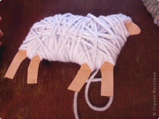 Предлагаю сделать такую овечку-подвеску к Новому году. Идея не моя. Где ее увидела - уже и не вспомнить... фото 6