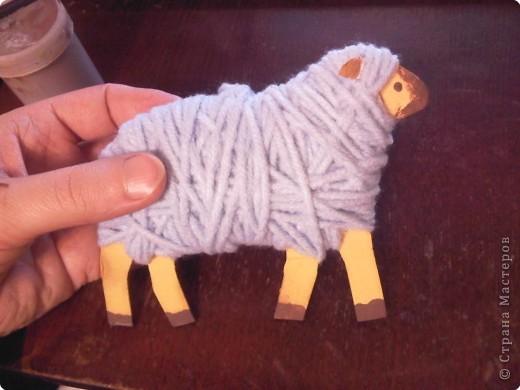 Предлагаю сделать такую овечку-подвеску к Новому году. Идея не моя. Где ее увидела - уже и не вспомнить... фото 1