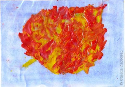"""Осенний лист с ягодами. На тонированную  бумагу нанести контур предполагаемого узора, затем """"закрасить"""" пластилином. Для создания осеннего листика цвета пластилина  смешиваются. фото 3"""