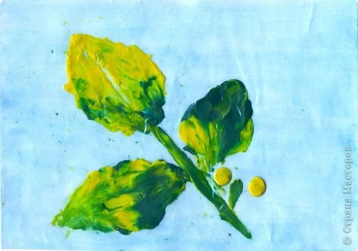 """Осенний лист с ягодами. На тонированную  бумагу нанести контур предполагаемого узора, затем """"закрасить"""" пластилином. Для создания осеннего листика цвета пластилина  смешиваются. фото 2"""