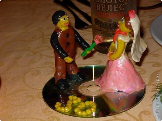 Моя дочь Настя, ей 10 лет, приготовила такой подарок на 30-летие свадьбы дяди и тети.Все гости были в восторге. Пластилиновые фигурки покрыты бесцветным лаком для прочности.
